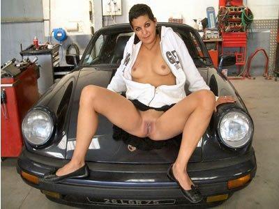 Amanda - beterpesztek a Porsche-nkon
