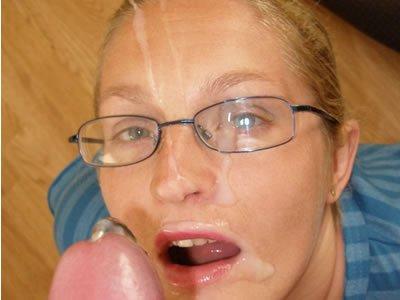 Szemüveges MILF szopja a bránert