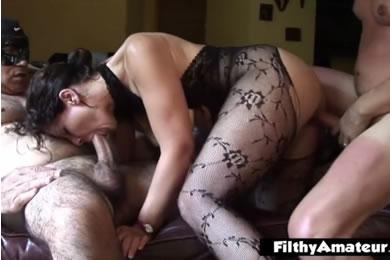 Amatőr MILF pornó - szexparti feleségekkel