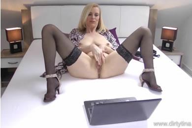 Amatőr MILF pornó - anyu maszti show
