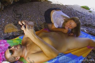 Dundi MILF és párja kefél egy tengerparton